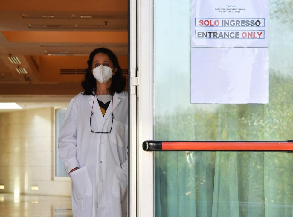 El lujoso vestíbulo del hotel solía estar lleno de viajeros y turistas, ahora son médicos con sus trajes de protección los que dan la bienvenida a los pacientes provenientes de hospitales de Roma (Italia) saturados por casos de coronavirus.