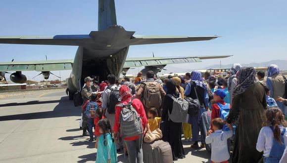 Una foto del facilitada por la Fuerza Aérea de la República de Corea muestra a unos 380 afganos que han trabajado para los surcoreanos y a sus familiares subiendo a un avión militar en el aeropuerto de Kabul, Afganistán, el 25 de agosto de 2021. (EFE / EPA / REPUBLIC OF KOREA AIR FORCE).