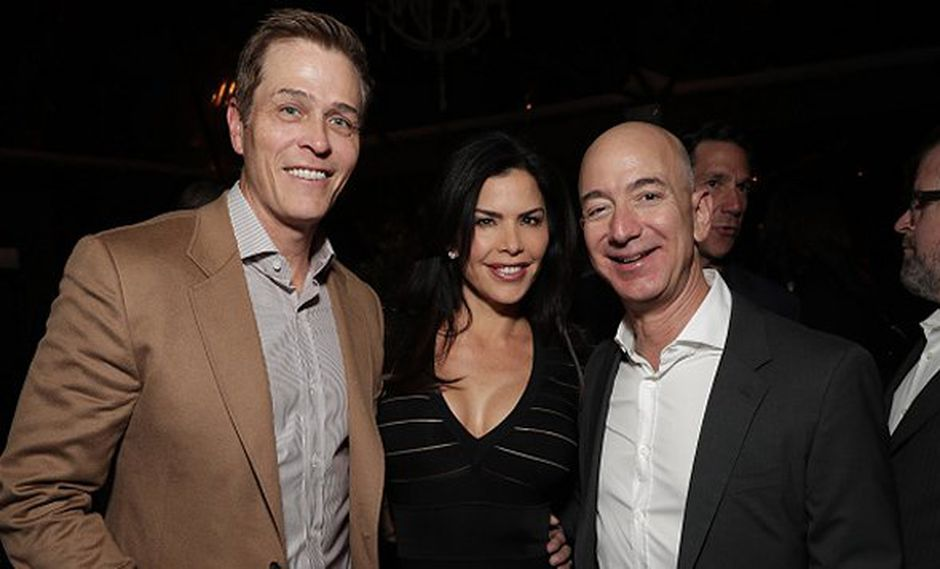 Patrick Whitesell, Lauren Sanchez y Jeff Bezos en 2016. (Foto: Getty Images)