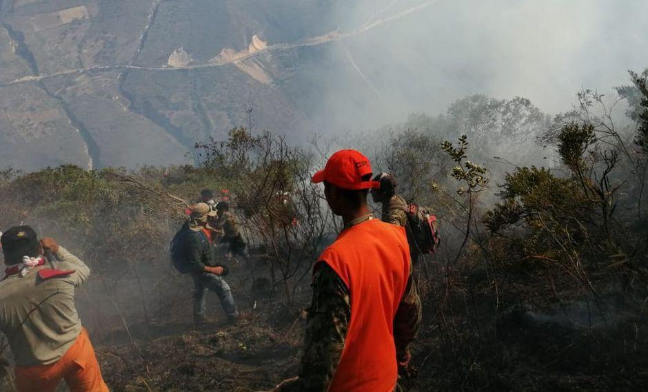 Más de 100 hombres tratan de controlar el incendio que se desató en los alrededores de la Fortaleza de Kuélap. (Facebook Distrito de Tingo/Canal N)