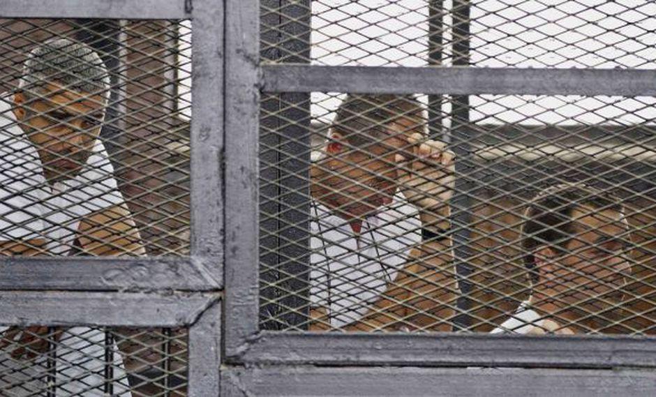 Periodistas de Al Jazeera durante juicio en el que fueron condenados. (AP)