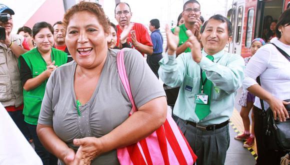 """Elsa Ríos Chávez fue premiada como la pasajera """"un millón"""" del Tren Eléctrico. (Andina)"""