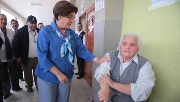 Una anciana desairó a la alcaldesa de Lima en los exteriores de su mesa de votación. (Martín Pauca)