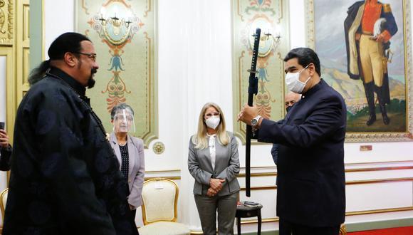Vestido de negro y con el rostro al descubierto, el actor, especialista en artes marciales, entregó la 'katana' a Nicolás Maduro que llevaba mascarilla. (Foto: Handout / Venezuelan Presidency / AFP)