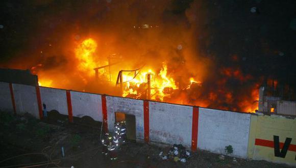 FÁBRICAS ARRASADAS. Siniestro en el Cercado movilizó 33 unidades de los bomberos. (José Caja/USI)