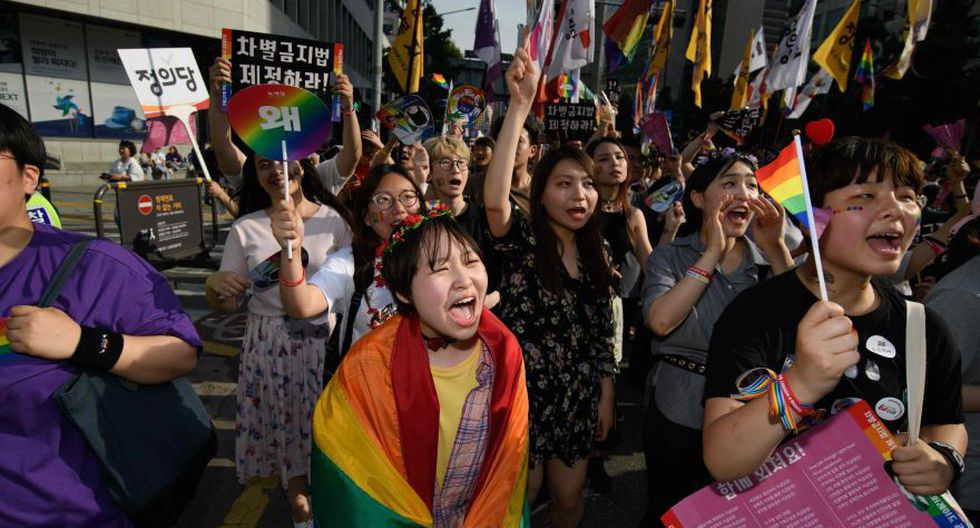 Como cada año, el desfile contó con un enorme y meticuloso cinturón policial para evitar los disturbios violentos provocados por los grupos cristianos radicales que suelen protestar al paso del desfile. (Foto: AFP)