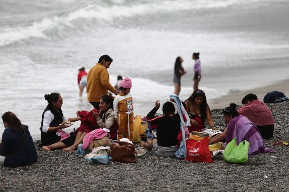 Pocas personas ingresaron al mar de la Costa Verde, y muchas optaron por sentarse en la arena. La lluvia que cayó este martes sorprendió a los visitantes. (Foto: Jesus Saucedo/@photo.gec)