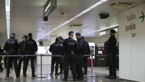 La alerta obligó a detener la circulación en las seis vías de AVE en Barcelona y a desalojar dos trenes que tenían que salir hacia Madrid y París. (Foto: EFE)