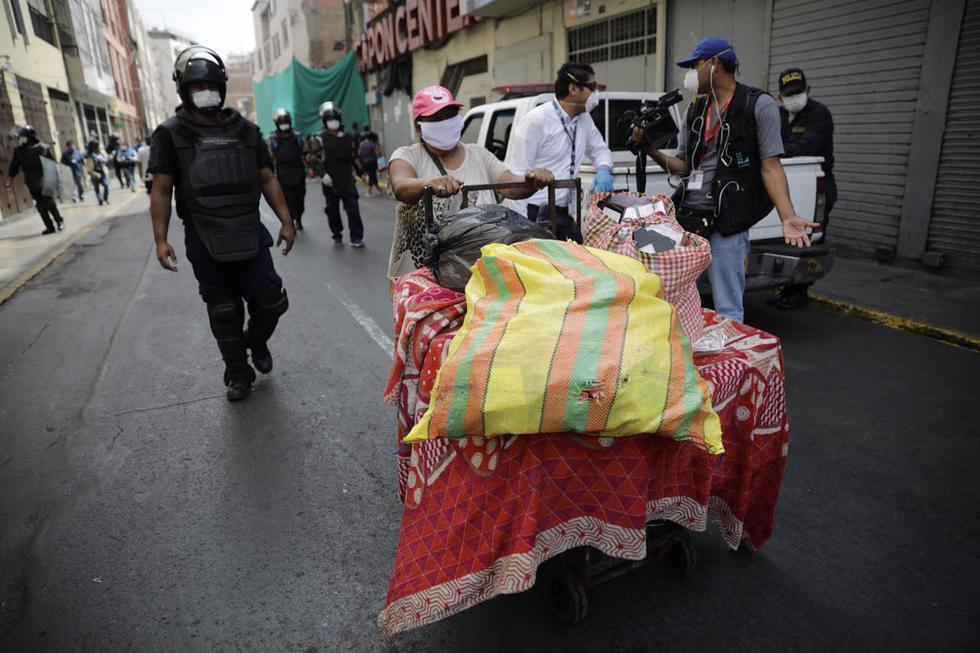 Fiscalizadores de la Municipalidad de Lima intervienen almacén sin autorización para trabajar en Mesa Redonda. (Foto: Joel Alonzo/GEC)