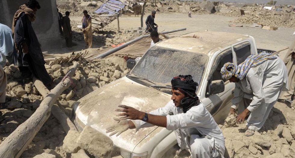 El terremoto de magnitud 7.7 que ayer azotó una región del suroeste de Pakistán causó 328 muertos, según un nuevo balance. (AFP)