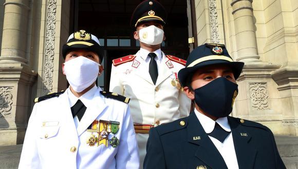 Greta Ruiz Laos, de la Escuela Naval del Perú, y Melanie Capa Quispe, de la Escuela de Oficiales de la FAP, participaron en un evento en Palacio de Gobierno. (Foto: Ministerio de Defensa)