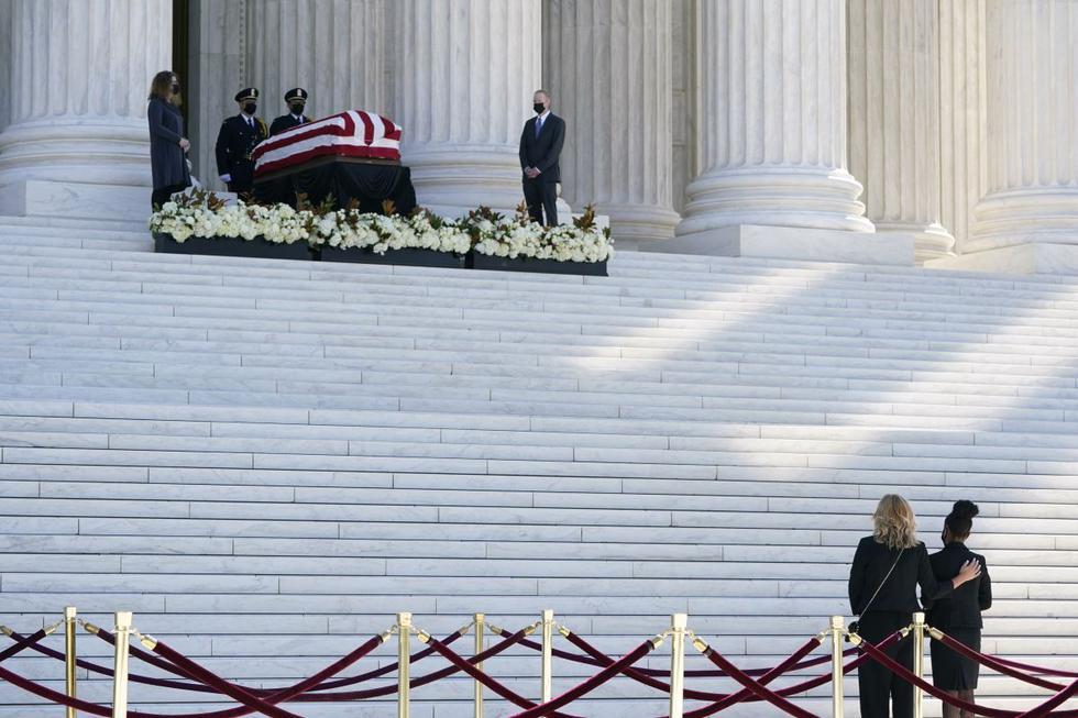 La gente presenta sus respetos mientras el ataúd de la jueza Ruth Bader Ginsburg descansa en la entrada de la Corte Suprema de Estados Unidos en Washington. (AP/Patrick Semansky).