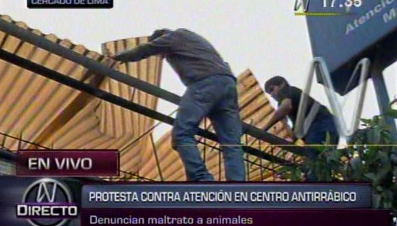 Los protestantes destrozaron el techo del local. (Canal N)