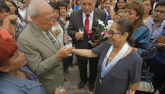 Doña Elena Tasso, junto a su marido, tras se homenajeada en San Marcos.  (David Vexelman)