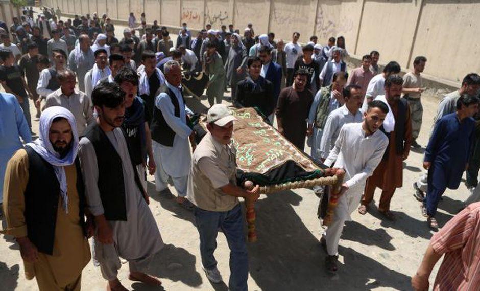 En 2018 hubo al menos cuatro grandes atentados en Kabil. En la foto, familiares a una ceremonia de entierro tras el ataque suicida contra un salón de bodas en Kabul. (Foto: EFE)