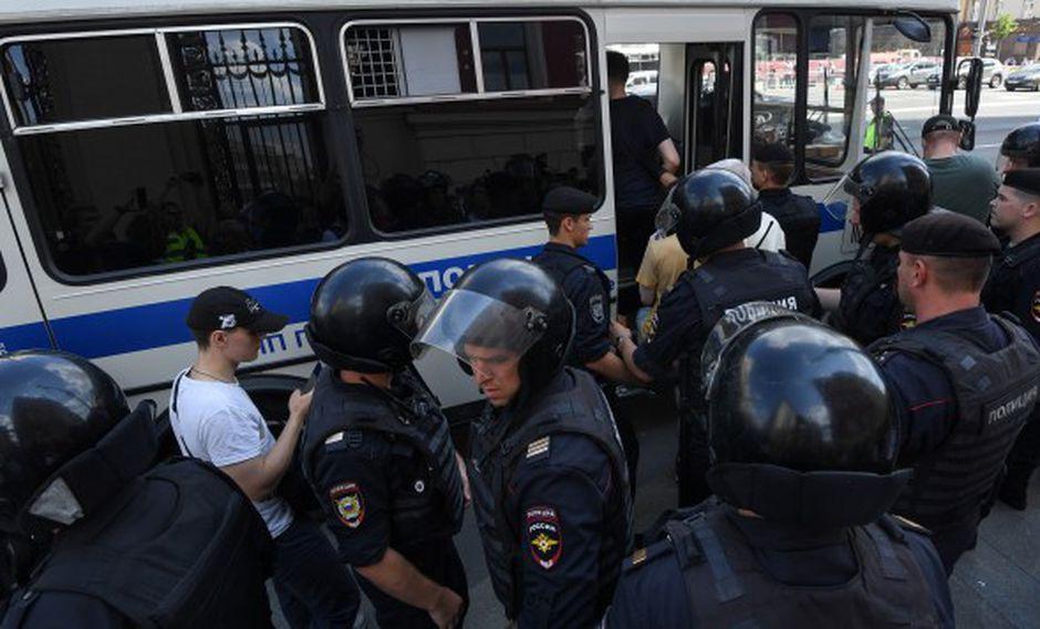 La Policía detiene a hombres antes de un mitin no autorizado que exige que los candidatos independientes y de la oposición puedan postularse para un cargo en las elecciones locales en Moscú. (Foto: AFP)