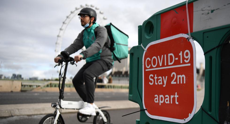 Imagen referencial. Un mensajero de alimentos recorre el puente de Westminster en Londres, Gran Bretaña, el 15 de octubre de 2020. (EFE/EPA/ANDY RAIN).