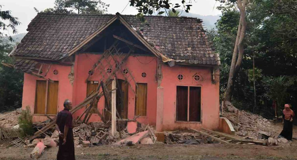 El terremoto causó daños estructurales en más de un centenar de edificios y el municipio de Pandeglang. En la foto, aldeanos miran una casa dañada en Pandeglang, provincia de Banten. (Foto: AFP)