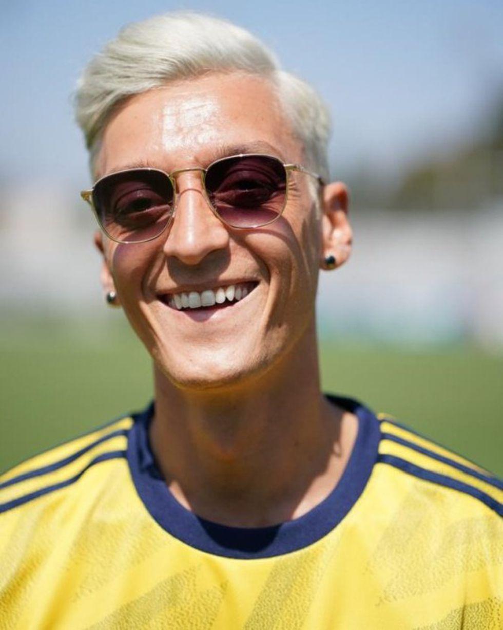 Mesut Özil apareció con el cabello teñido. (Foto: @Arsenal)