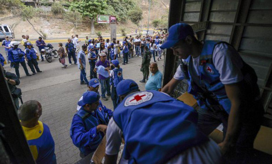 """Autoridades venezolanas mantienen una """"mesa técnica"""" con representantes de la Cruz Roja a fin de garantizar la distribución de ayuda humanitaria. (Foto: AFP)"""