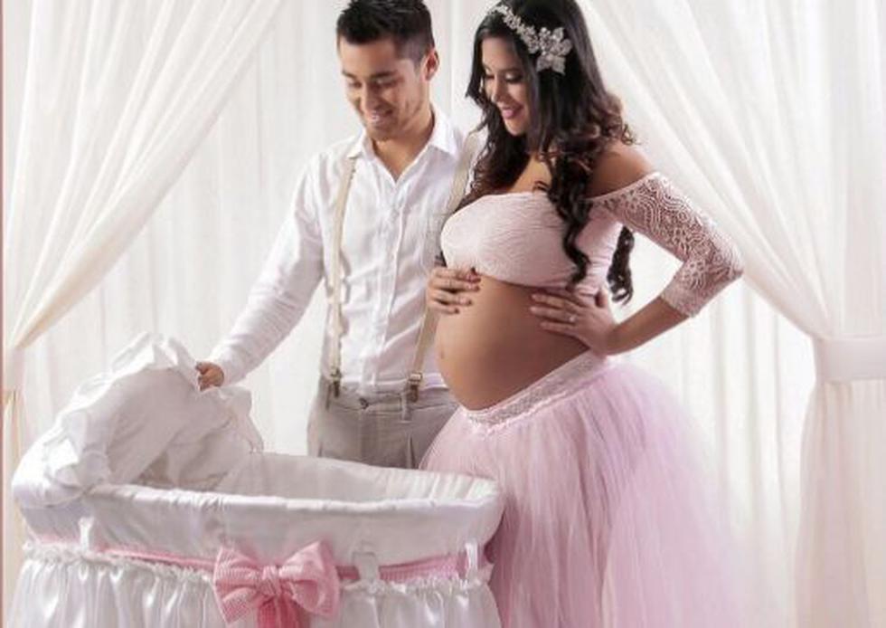 La pareja en una postal a la espera de su bebé.