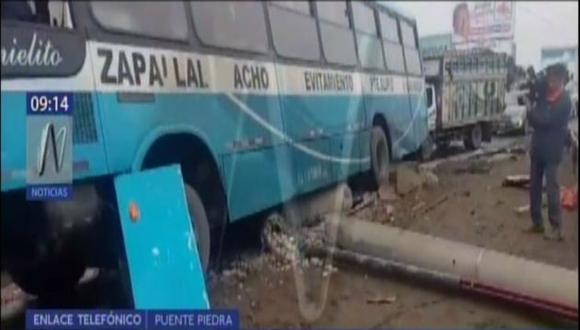 Puente Piedra: Bus de 'Los chinos' se estrella contra poste de alta tensión. (Canal N)