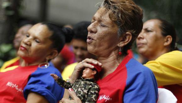 REZAN POR ÉL. Venezolanos ruegan para que Hugo Chávez se recupere plenamente y siga en el poder. (Reuters)