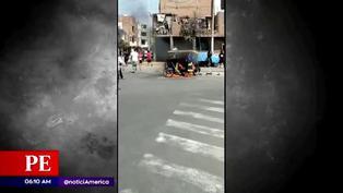 Vecinos queman mototaxi de delincuente en el Callao