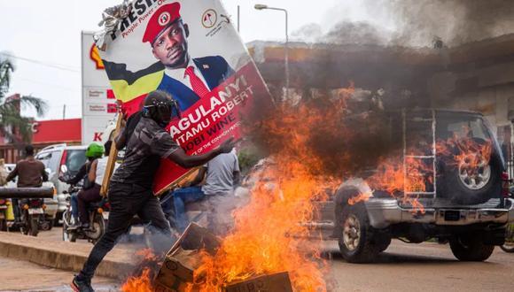 Un seguidor del político ugandés Robert Kyagulanyi corre para salvar su vida, tras los arrestos ejercidos por la Policía durante el mitin de campaña del mismo candidato. (Foto: AFP)