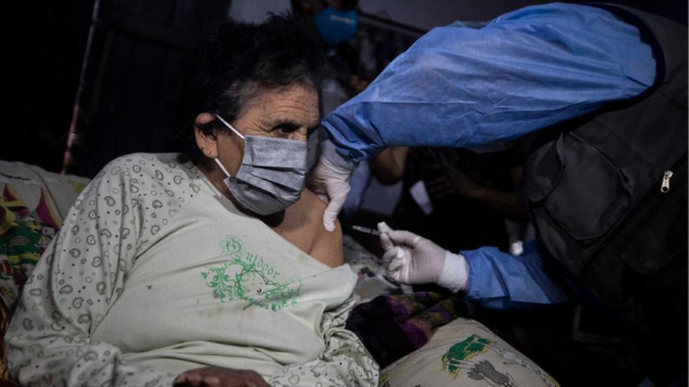 Los adultos mayores de 80 años que residen en el Cercado y presentan alguna discapacidad o impedimento para desplazarse a alguno de los 11 centros de vacunación distribuidos en Lima y Callao, son inmunizados este sábado en sus hogares. (Foto: Cesar Campos/@photo.gec)