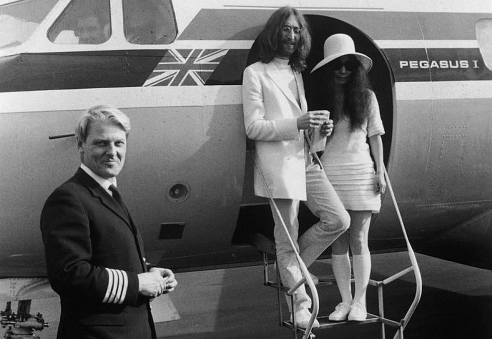 """El día más importante. Al bordear las 8:30 a.m. del 20 de marzo, la pareja alquiló un jet privado para que los lleve a Gibraltar. Lennon quería que su relación se formalice en """"la roca del fin mundo"""". (Internet)"""
