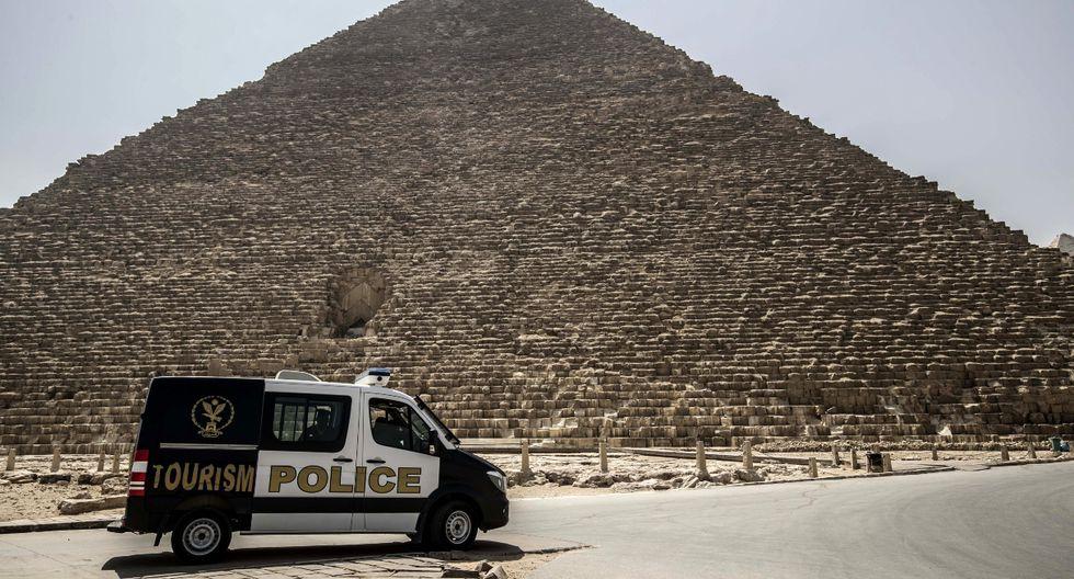 Imagen de un vehículo policial patrullando la necrópolis de las pirámides de Guiza. Autoridades vienen tomando las medidas adecuadas para evitar la propagación del virus. (AFP).