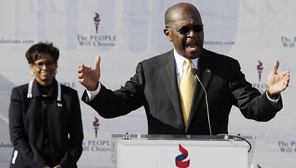 Cain hizo el anuncio durante un mitin. Estuvo acompañado de su esposa. (Reuters)