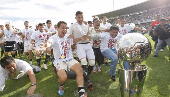 Diego Guastavino, Raúl Ruidíaz y compañía inician el festejo junto al codiciado trofeo. (Luis Gonzales)
