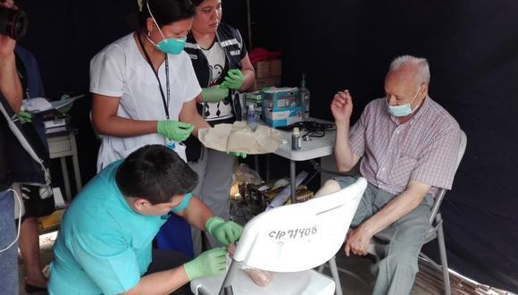 Los médicos del Minsa atienden a las personas afectadas por el aniego en San Juan de Lurigancho. (Twitter/Minsa)