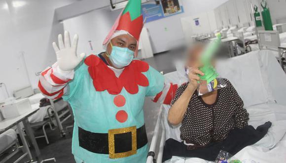 Abuelitos con COVID-19 volvieron a sonreír con show navideño