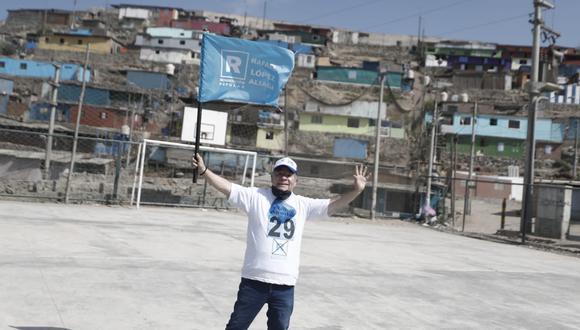 Efraín Aguilar en campaña en Pamplona Alta el miércoles pasado (César Campos/GEC).