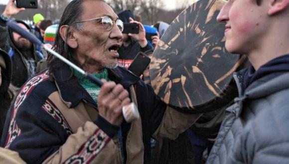 Nick ante afrodescendiente indígena que se acercó a intimidarlo. (Captura)
