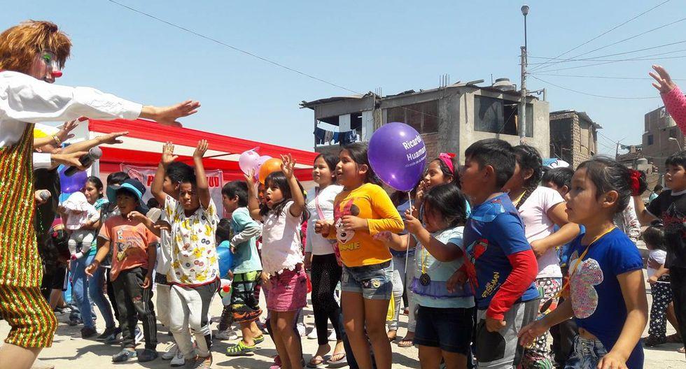 Los niños del cerro El Pino celebraron la Navidad por adelantado con panetón, chocolate y música. (Difusión)