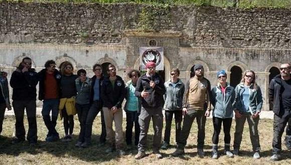 Fueron siete mujeres y los ocho hombres, de entre 27 y 50 años, emergieron de la cueva deslumbrados por el sol, alrededor de las 10:30 hora local. (Foto: AFP)