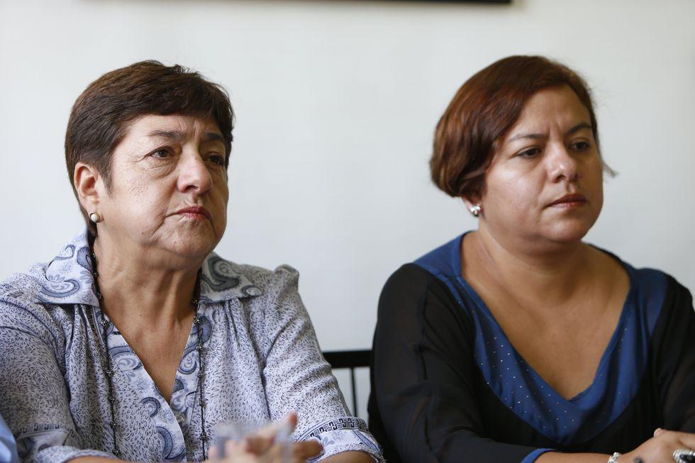 Margarita Patiño, viuda de Hugo Bustíos, junto a su hija Sharmeli Bustíos. (Perú21)