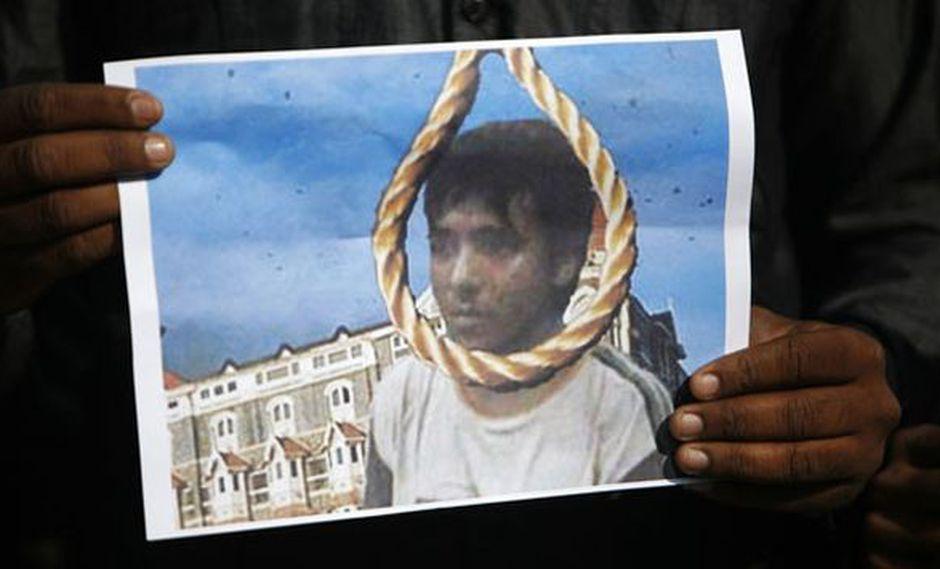 Un hombre sostiene una foto de Ajmal Kasab con una soga, manifestando su alegría por la ejecución. (Reuters)