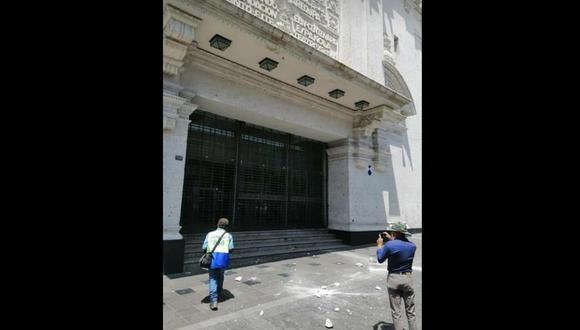 Arequipa: los objetos que cayeron de la fachada no lastimaron a los transeúntes que pasaban por el lugar. (Foto: Misti Digital)