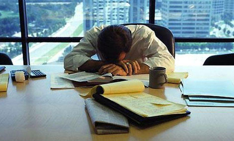 El exceso de trabajo va de la mano a la falta de sueño, estrés y problemas mentales.