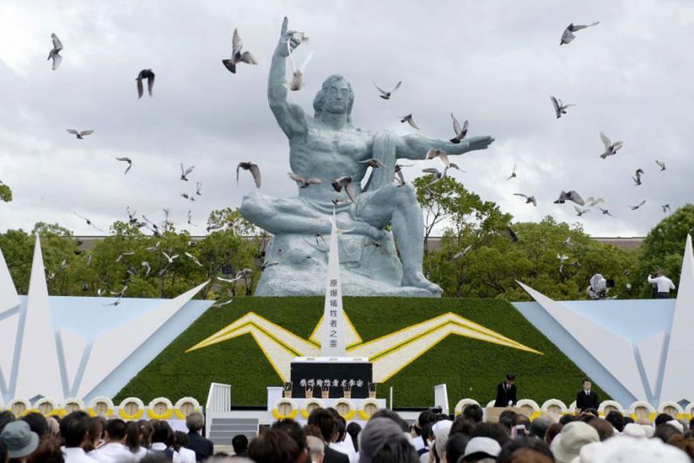 Las palomas vuelan sobre la Estatua de la Paz, durante una ceremonia en el Parque de Nagasaki. (AP)