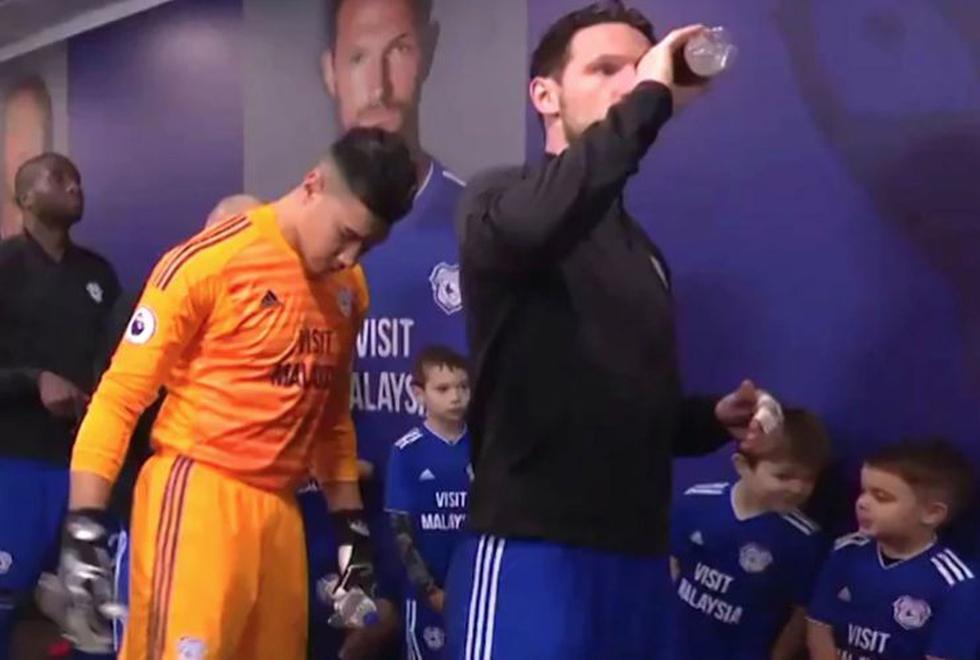 La inesperada e inocente lección de modales que un niño le da al capitán del Cardiff. (YouTube)