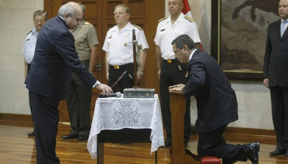 LE CONFÍAN TAREA. El ministro Cateriano interrumpió su reunión en la PCM para tomar juramento a Iván Vega. (David Vexelman)
