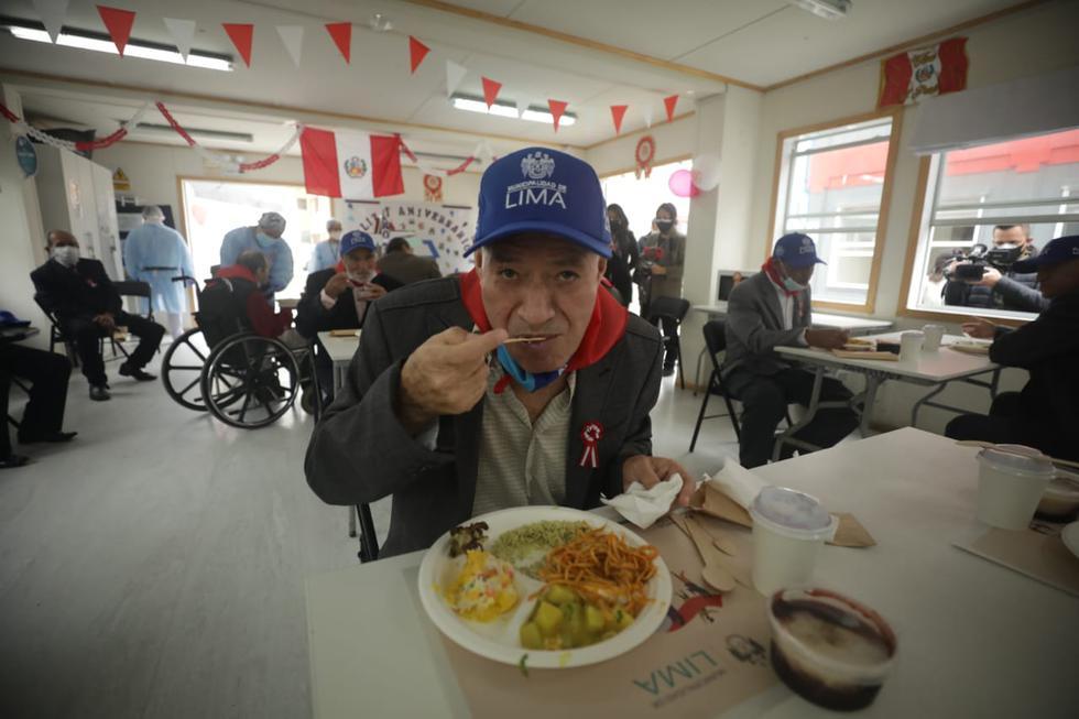 """Unas 80 personas que permanecen en el albergue la """"Casa de Todos"""", ubicado en la urbanización Palomino, en el cercado de Lima, disfrutaron este martes de un delicioso banquete por el Bicentenario de la independencia del Perú, que se celebra mañana miércoles 28 de julio. (Fotos Britanie Arroyo / @photo.gec)"""