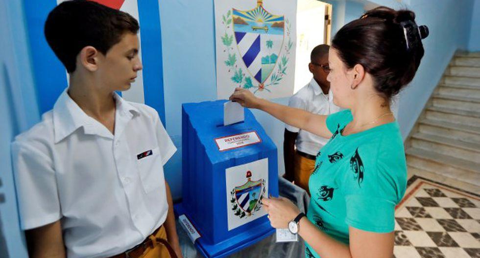 Una mujer vota este domingo en el referendo sobre la nueva Constitución, en La Habana. (Foto: EFE)