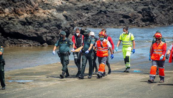 Efectivos de Emergencias y de la Guardia Civil rescatan este viernes el cuerpo sin vida de un menor, la cuarta víctima del naufragio ocurrido anoche de una lancha neumática en la costa de Órzola (Lanzarote). EFE/Javier Fuentes